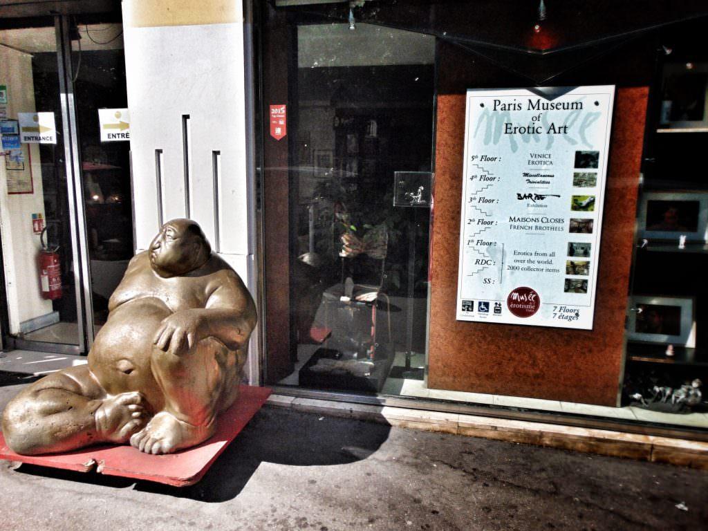 Budda witający przed wejściem do Muzeum Erotyzmu