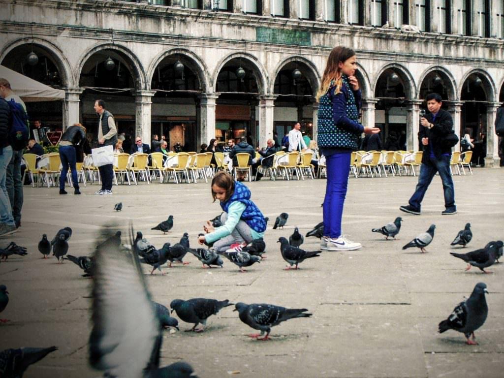 Jedzenie na Piazza San Marco może być niebezpieczne. No chyba, że lubicie się dzielić jedzeniem z gołębiami