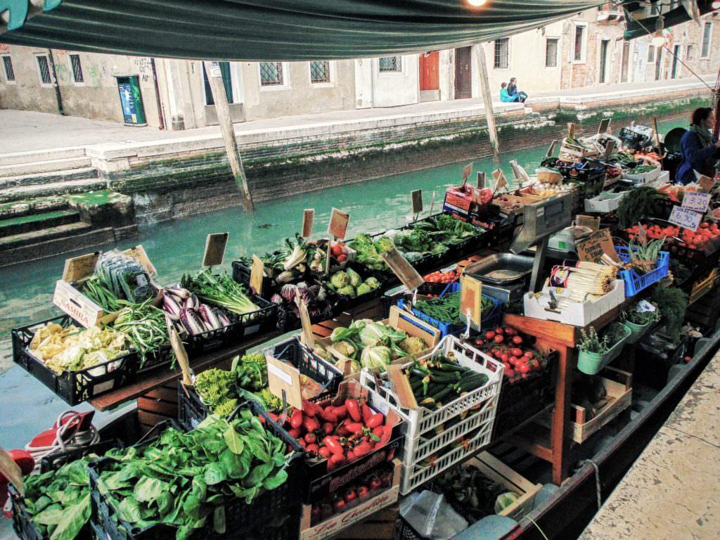 Tutaj na wodzie można kupić nawet... świeże owoce i warzywa. Wow!