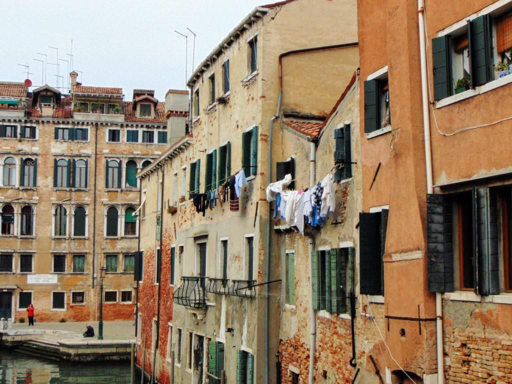 Oto dobitny dowód na to, że w Wenecji żyją normalni ludzie. Na załączonym zdjęciu pranie