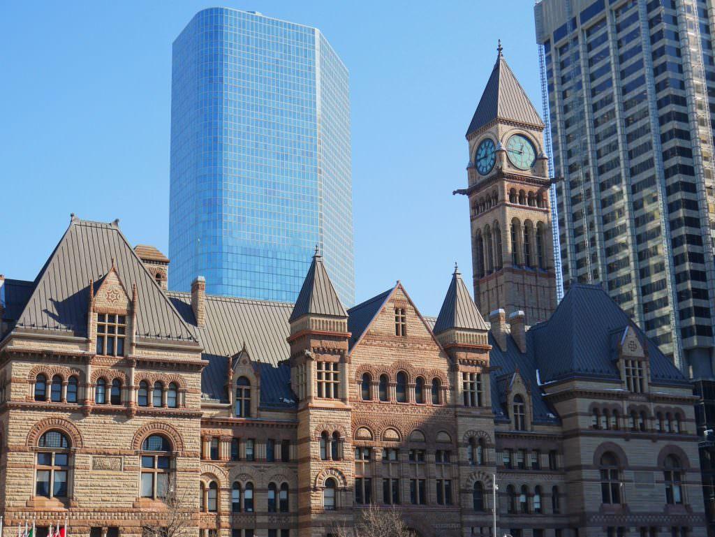 Stary ratusz w Toronto na tle nowoczesnej architektury - on tu chyba nie pasuje?